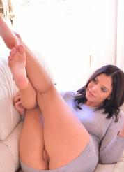 Violet Spread And Gape - Picture 3